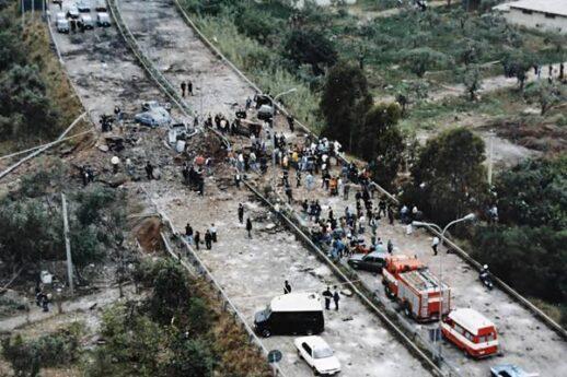 Era di sabato, 23 maggio 1992 e poco prima delle 18 la parte di autostrada a ridosso dello svincolo di Capaci, pochi chilometri da Palermo, venne sventrato da centinaia di kg di tritolo. Una deflagrazione terrificante che ribaltò quella parte di A29 e sbalzò le auto sulle quali viaggiavano, in direzione Palermo, il giudice Giovanni Falcone, la moglie Francesca Morvillo e gli agenti della scorta Vito Schifani, Rocco Dicillo ed Antonio Montinaro.
