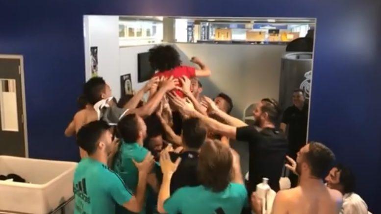 """Real Madrid: il """"piccolo"""" Marcelo a nove anni fa impazzire i blancos dentro lo spogliatoio con suo padre ed i compagni di squadra. ha scambiato palleggi al volo di testa con 12 giocatori diversi, tra cui papà, per finire appoggiando il pallone in un cesto."""