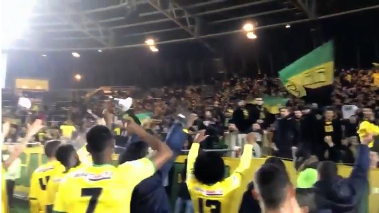 La curva del Nantes ed i giocatori dedicano allo sfortunato Emiliano Sala un coro da brividi