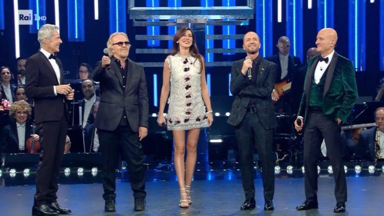Umberto Tozzi e Raf fanno ballare il pubblico dell'Ariston nella terza puntata del Festival