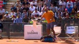Nick Kyrgios, tennista australiano, si è reso oggi protagonista di una folle reazione che gli è costata l'espulsione nel match contro Ruud