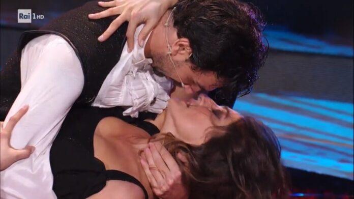 Paso doble da urlo esibito da Elisa Isoardi e Raimondo Todaro a Ballando con le stelle di sabato 14 novembre VIDEO